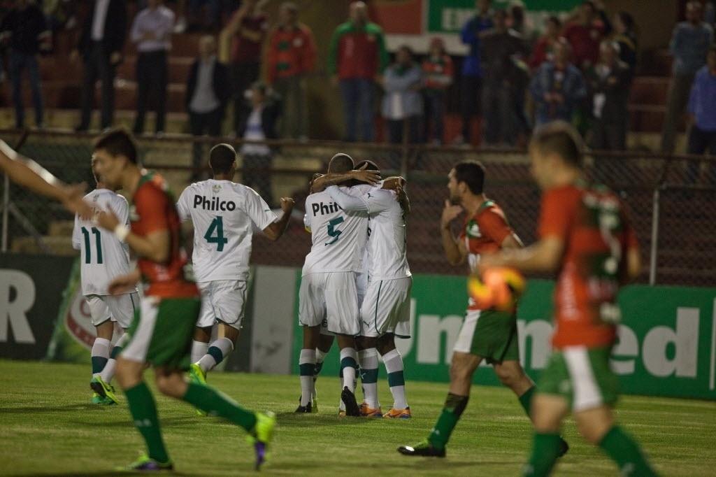 10.out.2013 - Jogadores do Goiás comemoram gol marcado por Hugo na partida contra a Portuguesa pelo Brasileirão