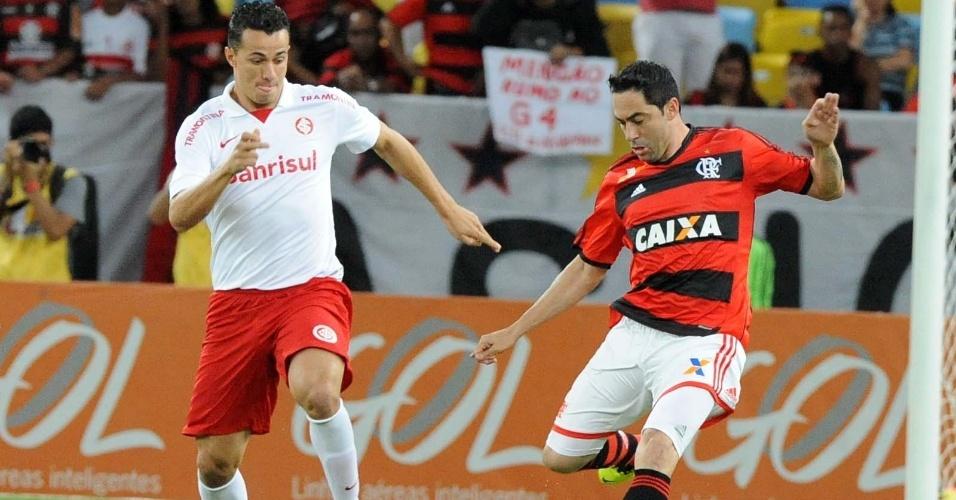 10.out.2013 - Leandro Damião (esq.) disputa bola com Chicão durante partida do Brasileirão entre Internacional e Flamengo