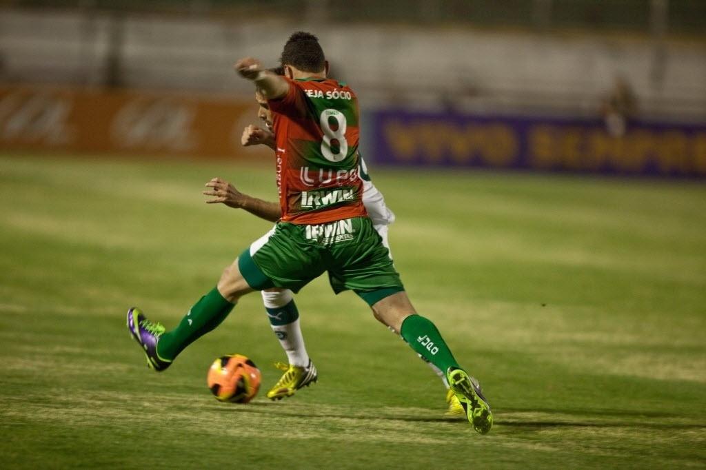10.out.2013 - Moisés, camisa 8 da Portuguesa, briga pela bola durante partida do Brasileirão no Canindé contra o Goiás