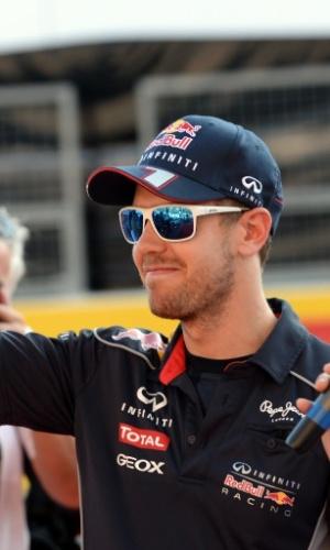 10.out.2013 - Sebastian Vettel acena ao chegar no autódromo de Suzuka, em que disputará o GP do Japão no próximo domingo