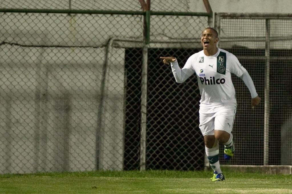 10.out.2013 - Walter comemora depois de marcar de pênalti para o Goiás contra a Portuguesa pelo Brasileirão