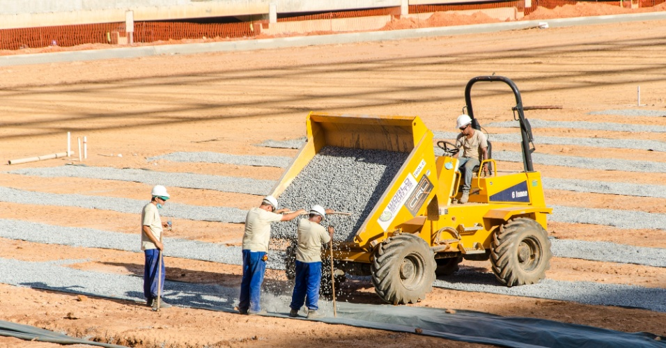 11.set.2013 - Operários trabalham na preparação do solo para receber a grana na Arena Pantanal