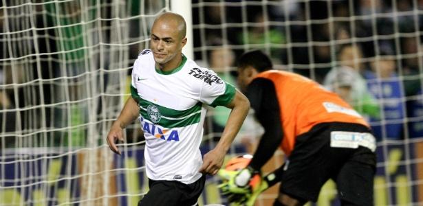 Júlio César em ação pelo Coritiba, em 2013