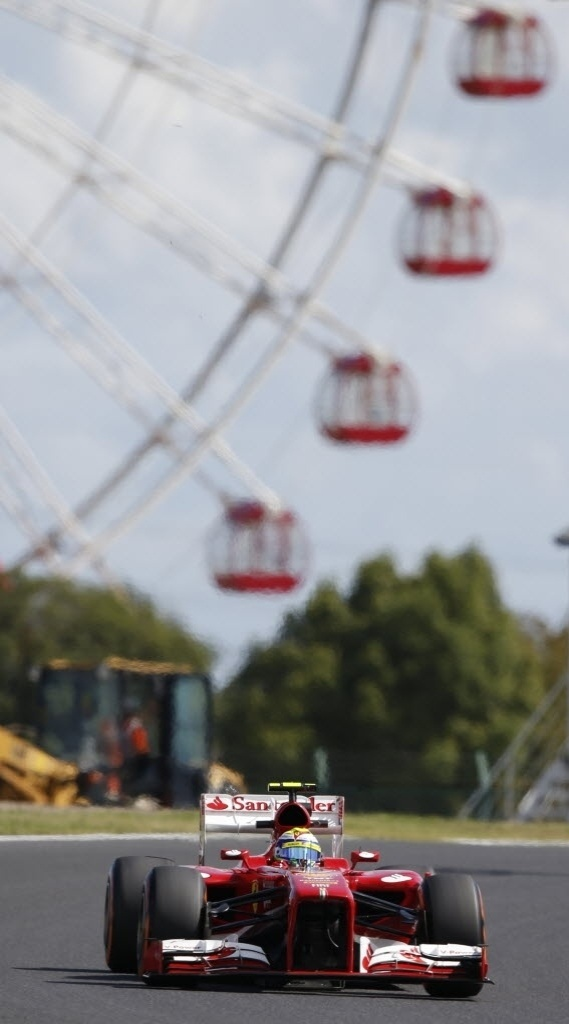 11.out.2013 - Com roda gigante ao fundo, Felipe Massa participa do primeiro treino livre em Suzuka