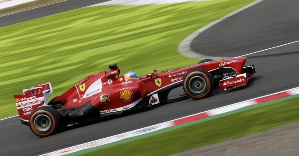 11.out.2013 - Fernando Alonso lança volta com sua Ferrari durante o 1° treino livre para o GP do Japão