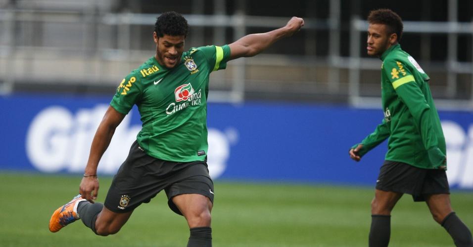 11.out.2013 - Hulk tenta chute durante treino de reconhecimento de gramado da seleção em Seul, observado por Neymar