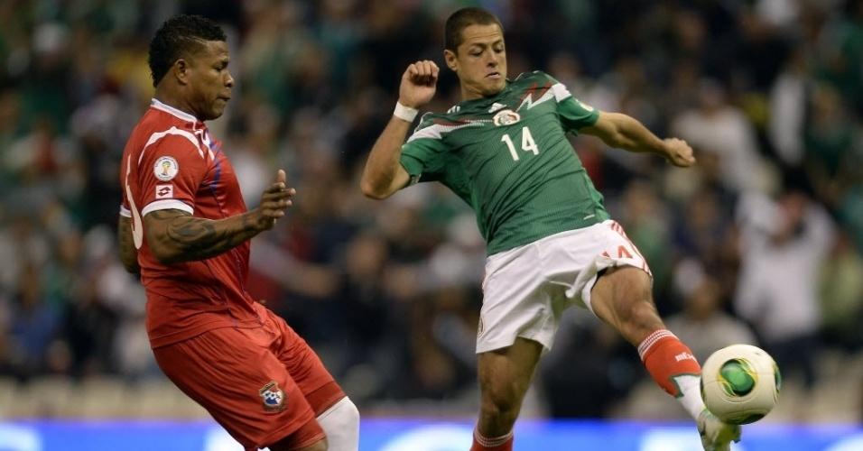 11.out.2013 - Javier 'Chicharito' Hernández (d), atacante do México, disputa a bola com Roma Torres, do Panamá, em partida das eliminatórias da Copa-2014; mexicanos venceram por 2 a 1