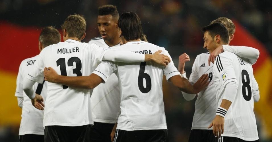 11.out.2013 - Jogadores da Alemanha comemoram primeiro gol na partida contra a Irlanda pelas eliminatórias da Copa-14
