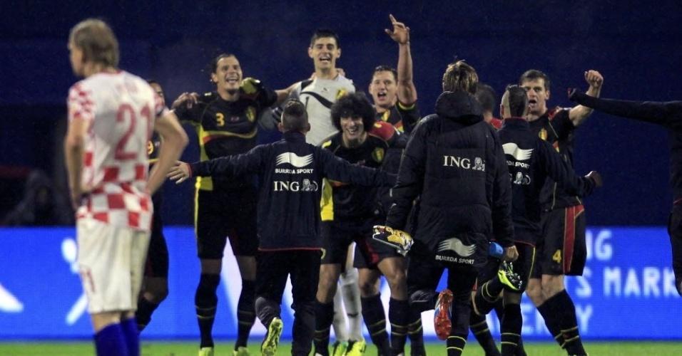 11.out.2013 - Jogadores da Bélgica comemoram após vencer a seleção da Croácia e garantir a classificação para a Copa do Mundo do Brasil de 2014
