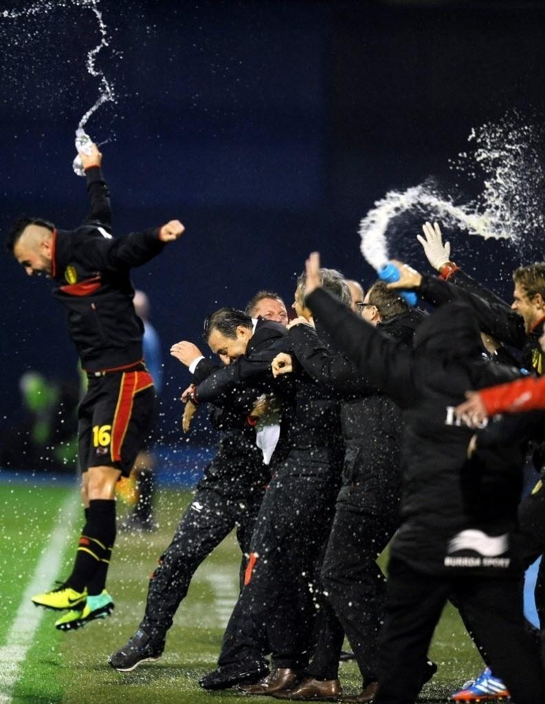 11.out.2013 - Jogadores da Bélgica comemoram após vencer a Croácia e garantir a classificação para a Copa do Mundo-2014