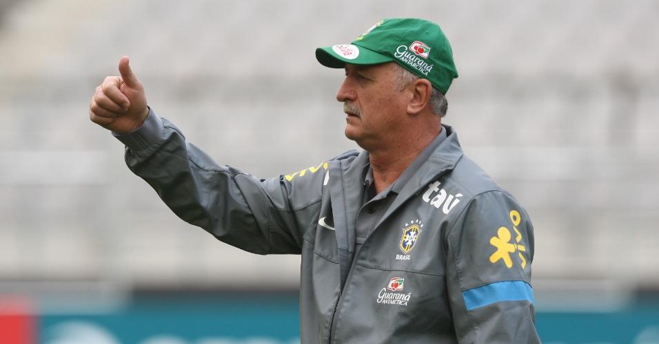 11.out.2013 - Luiz Felipe Scolari comanda treino da seleção no palco do jogo contra a Coreia do Sul