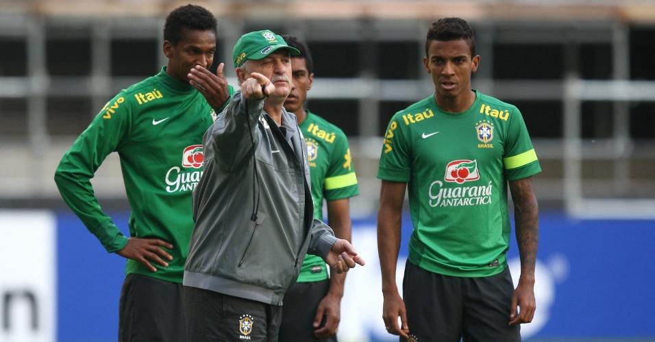 11.out.2013 - Luiz Felipe Scolari dá instruções aos jogadores da seleção durante o treino de reconhecimento do estádio Samg-an