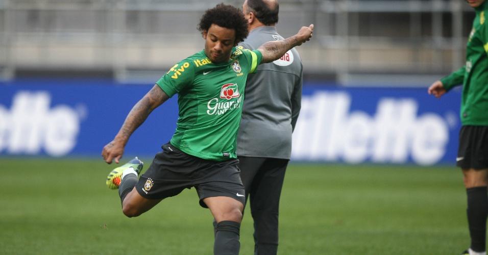 11.out.2013 - Marcelo arrisca chute em treino da seleção nesta sexta