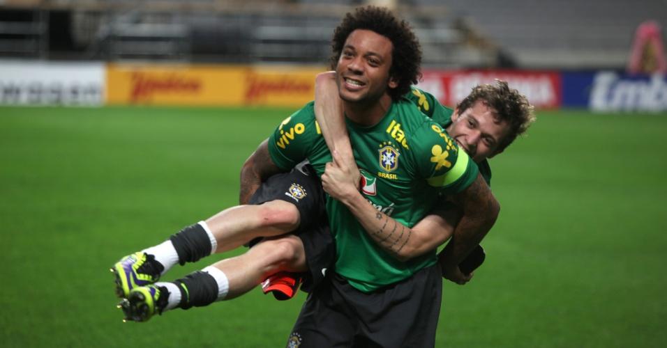 11.out.2013 - Marcelo brinca com Bernard no treino da seleção nesta sexta em Seul