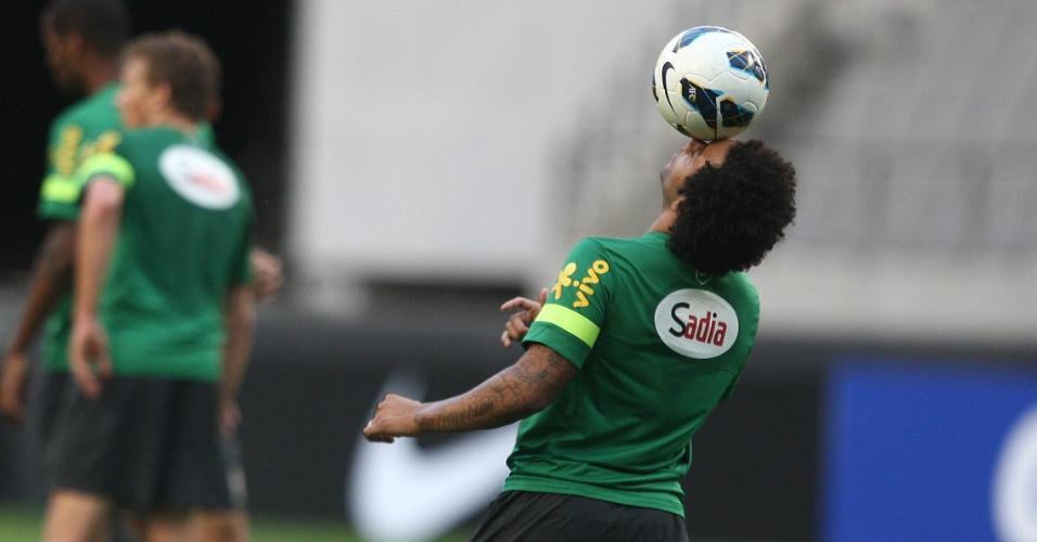 11.out.2013 - Marcelo faz graça com a bola no treino da seleção brasileira em Seul nesta sexta