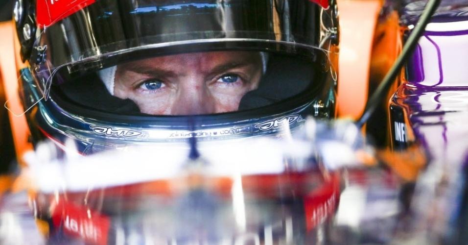 11.out.2013 - Sebastian Vettel se prepara dentro de sua Red Bull para entrar na pista no 1° treino livre para o GP do Japão