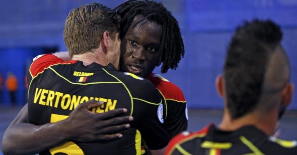 11.out.2013 - Autor do gol que abriu o placar do jogo, belga Lukaku é abraçado por Jan Vertonghen (de costas) em partida contra a Croácia pelas eliminatórias da Copa-2014; belgas venceram por 2 a 1