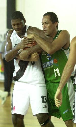 Nenê disputa bola durante partida pelo Vasco, em 2001