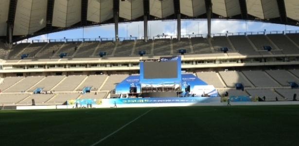 Palco de culto de igreja no gramado do estádio Samg-am instantes antes de treino da seleção brasileira