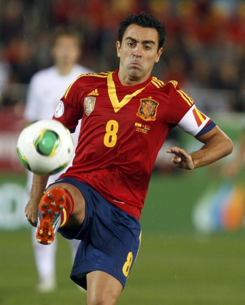 11.out.2013 - Xavi controla a bola durante partida da Espanha contra a Belarus pelas eliminatórias da Copa-14; espanhóis venceram por 2 a 1