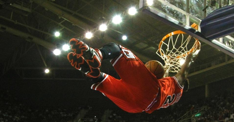 12.10.2013 - Jimmy Butler, do Chicago Bulls, acerta bela enterrada no jogo entre Bulls e Wizards, na HSBC Arena, no Rio de Janeiro
