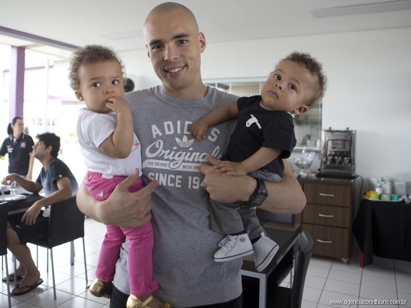 12.10.2013 - Julio César, goleiro do Corinthians, posa para foto com seu casal de gêmeos, que tem menos de um ano de idade, no almoço do Dia das Crianças no clube