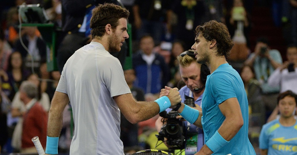 12.out.2013 - Del Potro e Nadal se cumprimentam após semifinal de Xangai