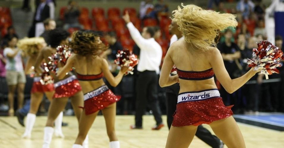 12.out.2013 - Apresentação das cheerleaders de Chicago Bulls e Washington Wizards aconteceu quando a HSBC Arena ainda estava vazia