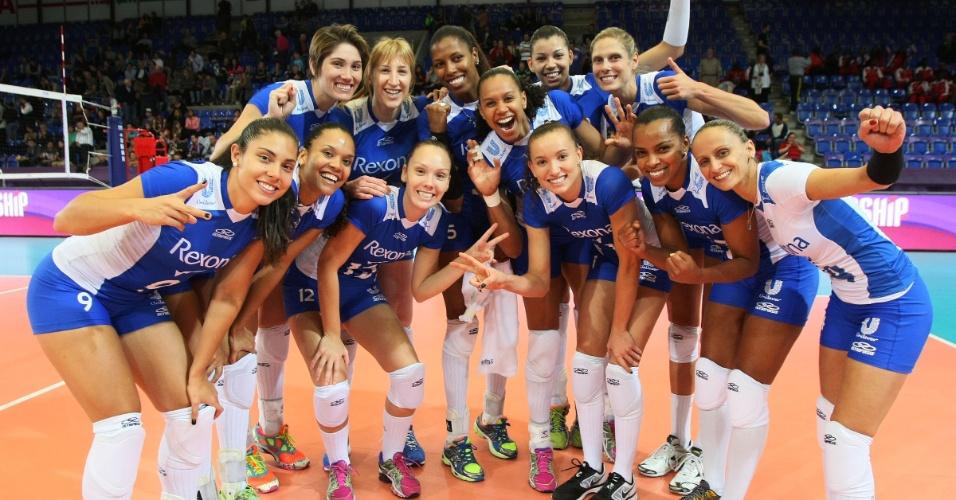 12.out.2013 - Jogadoras da Unilever comemoram a vitória sobre o Volero e a classificação para o Mundial de Clubes