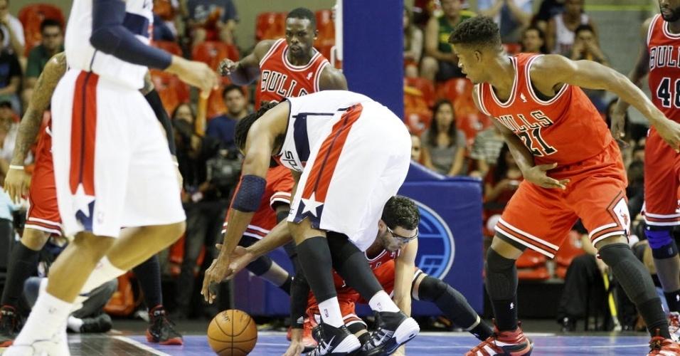 12.out.2013 - Jogadores de Chicago Bulls e Washington Wizards disputam a bola no garrafão em partida da NBA no Brasil