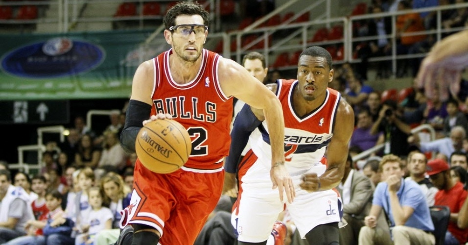 12.out.2013 - Kirk Hinrich, jogador do Chicago Bulls, tenta o lance individual em duelo contra o Washington Wizards no Brasil