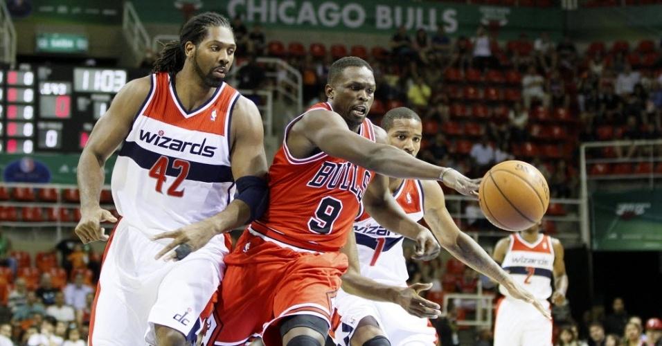 12.out.2013 - Luol Deng, do Chicago Bulls, alcança a bola antes do brasileiro Nenê, do Washington Wizards, em jogo da NBA no Brasil