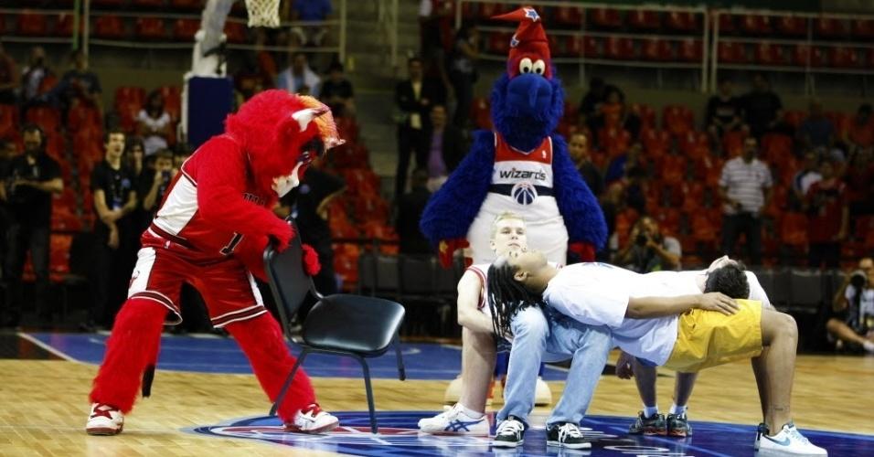 12.out.2013 - Mascotes de Chicago Bulls e Washington Wizards acompanham dançarinos no Rio de Janeiro