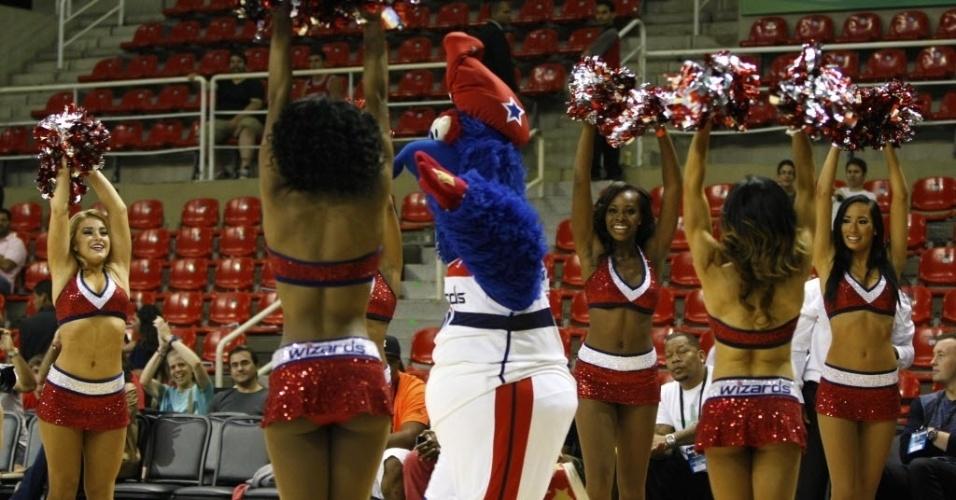 12.out.2013 - Mascotes de Chicago Bulls e Washington Wizards fizeram apresentação na quadra antes de jogo no Brasil