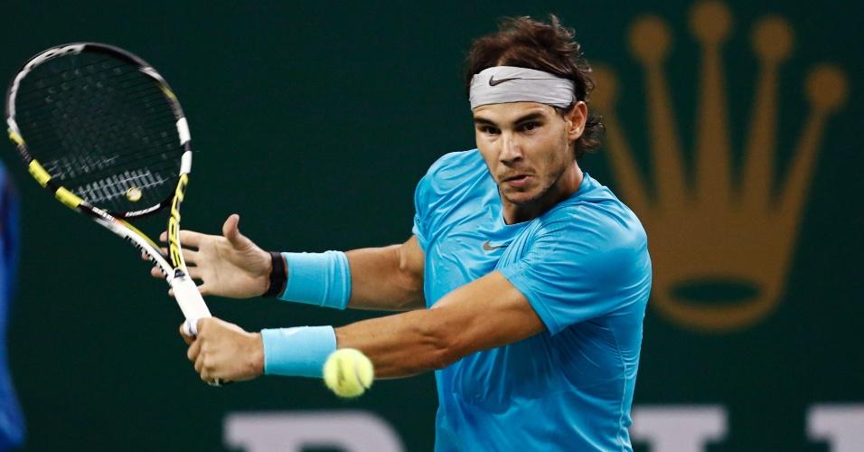 12.out.2013 - Nadal rebate bola em semifinal disputada em Xangai, na China