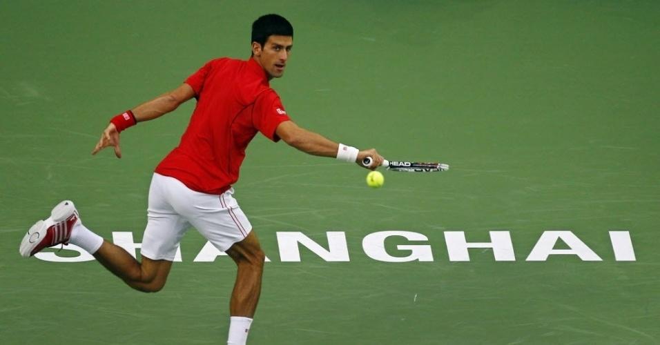 12.out.2013 - Novak Djokovic rebate bola no duelo contra Jo-Wilfried Tsonga em Xangai