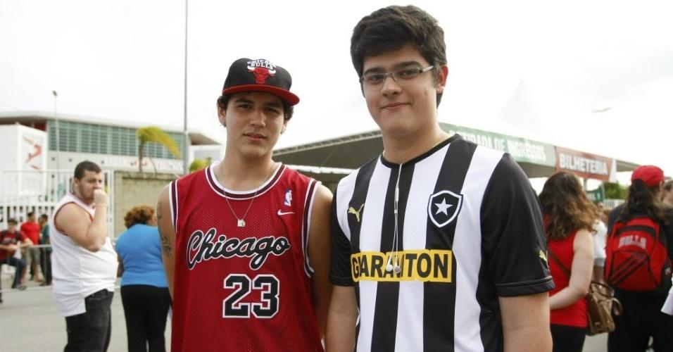 12.out.2013 - Primeiro jogo da NBA no Brasil reúne torcedor do Chicago Bulls e adepto do Botafogo