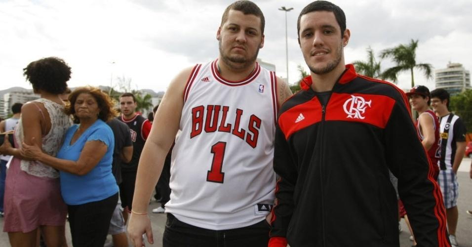 12.out.2013 - Torcedor do Chicago Bulls, com camisa de Derrick Rose, abraça torcedor do Flamengo antes do NBA Global Games