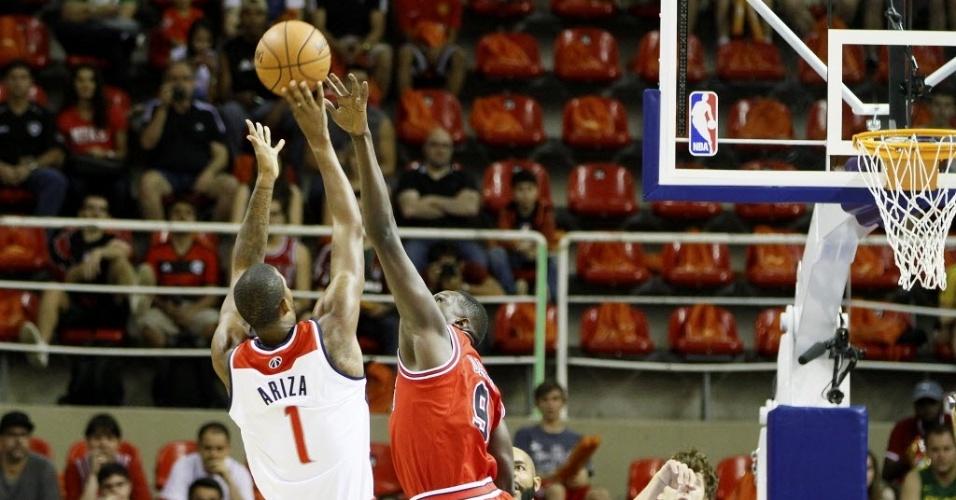 12.out.2013 - Trevor Ariza e Luol Deng brigam pela bola em jogo do Chicago Bulls contra o Washington Wizards no Brasil