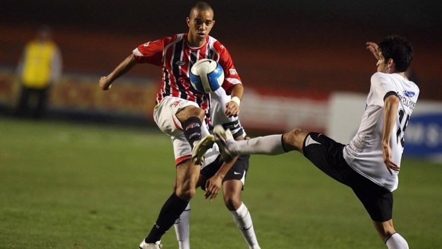 Diego Tardelli em partida entre São Paulo e Corinthians em 2007 - Diego Padgurschi /Folha Imagem