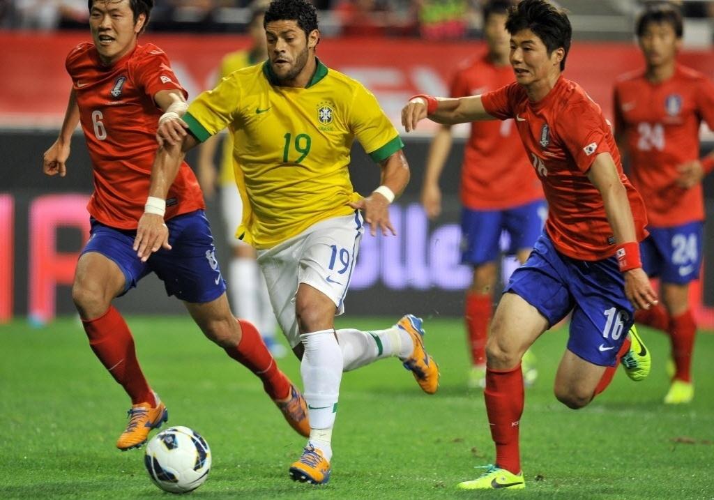 Hulk passa por marcação de coreanos