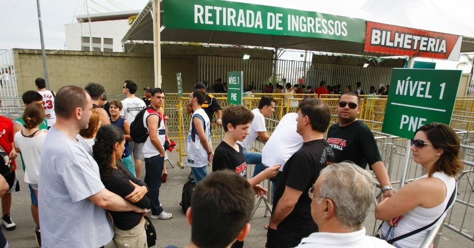 Movimentação de torcedores antes da abertura dos portões da HSBC Arena, onde será disputado primeiro jogo da NBA no Brasil