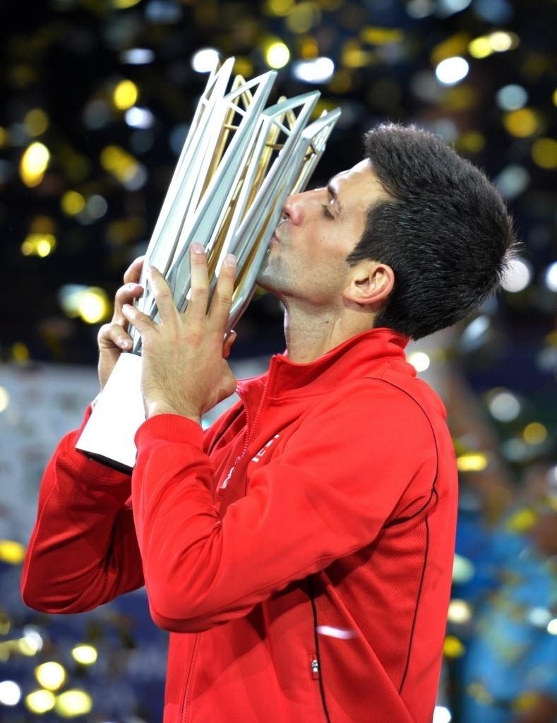 13.out.2013 - Djokovic beija a taça de Xangai, seu 15° Masters 1000 na carreira