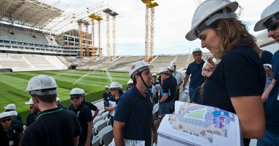 13.out.2013 - Fiscais da Fifa verificaram acessos do estádio, fluxo de torcedores e áreas onde ficarão comércio