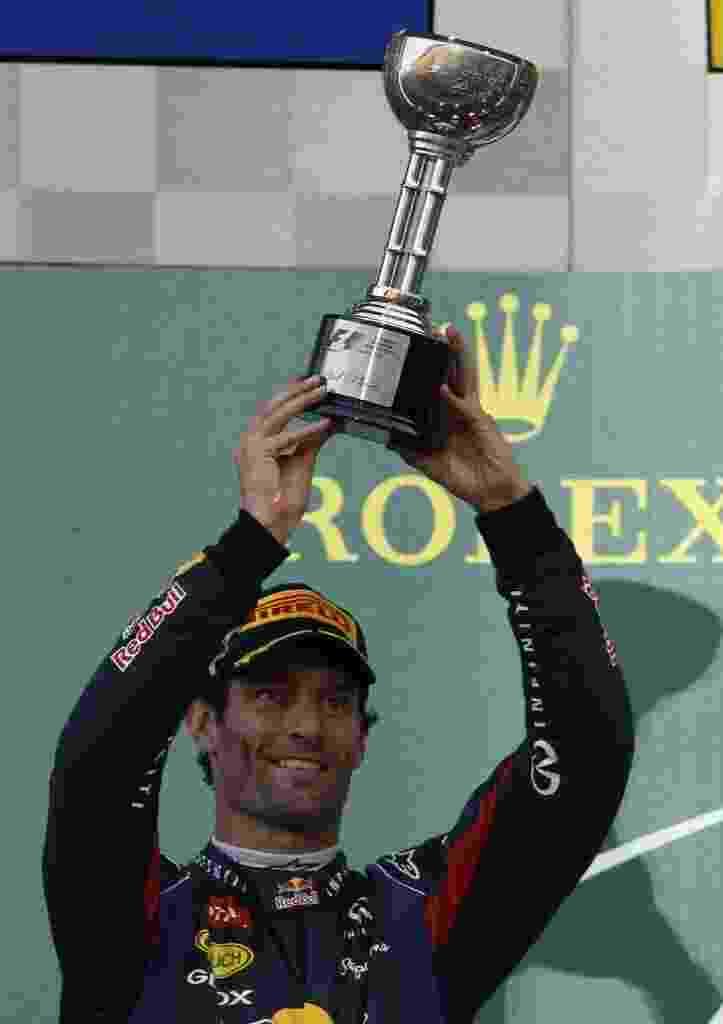 13.out.2013 - Mark Webber, que largou na pole, recebe o troféu de segundo colocado em Suzuka - REUTERS/Issei Kato (