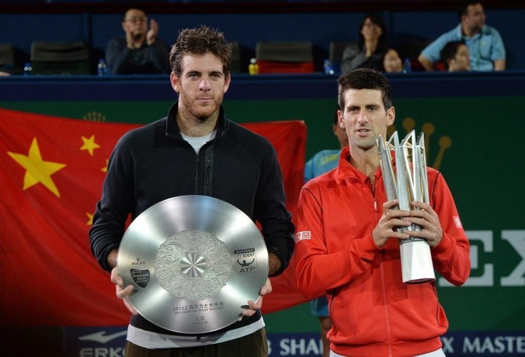 13.out.2013 - Novak Djokovic e Juan Martin Del Potro com os troféus de campeão e vice, respectivamente, de Xangai
