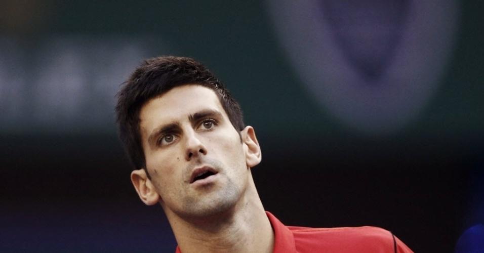 13.out.2013 - Novak Djokovic observa a bolinha durante a decisão de Xangai