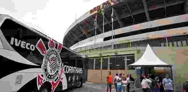 Ônibus do Corinthians em frente ao Morumbi: incidente em 2009 serviu para motivar time - Simon Plestenjak/UOL