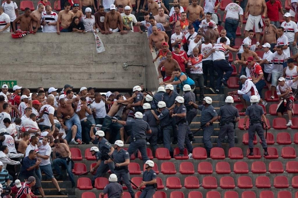 13.out.2013 - Torcedores do São Paulo entram em confronto com a Polícia Militar durante a partida contra o Corinthians no Morumbi