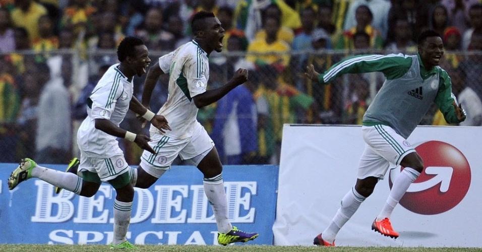13.out.2013 - Emmanuel Emenike (ao centro) celebra gol que deu a vitória por 2 a 1 para a Nigéria contra a Etiópia pelas eliminatórias da Copa-2014